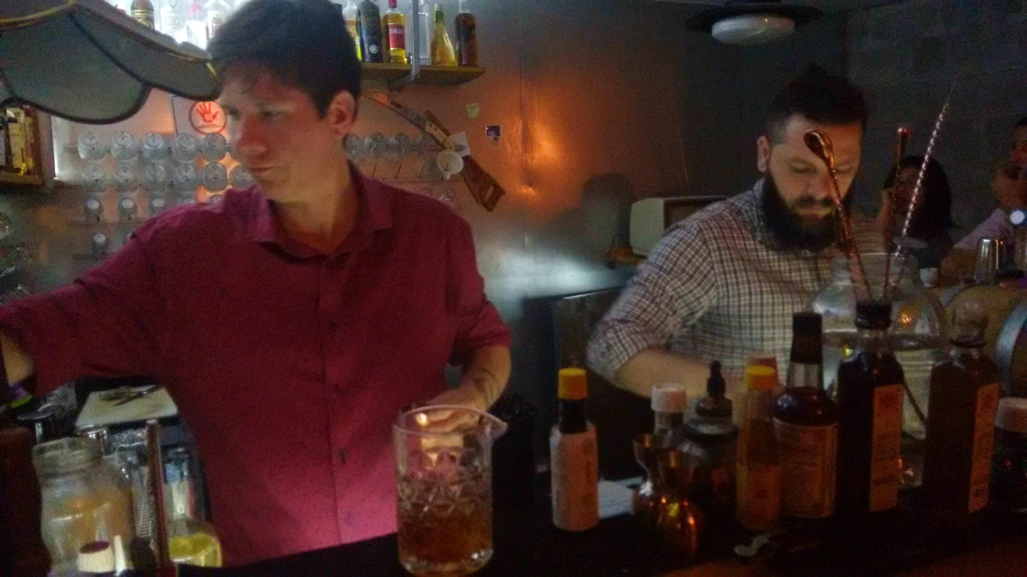 Jean e David soltando os pedidos: concentração total