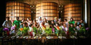 Não é a Santa Ceia; o Jesus no meio é um sósia. Bartenders na Maison Leblon (Patos-MG)
