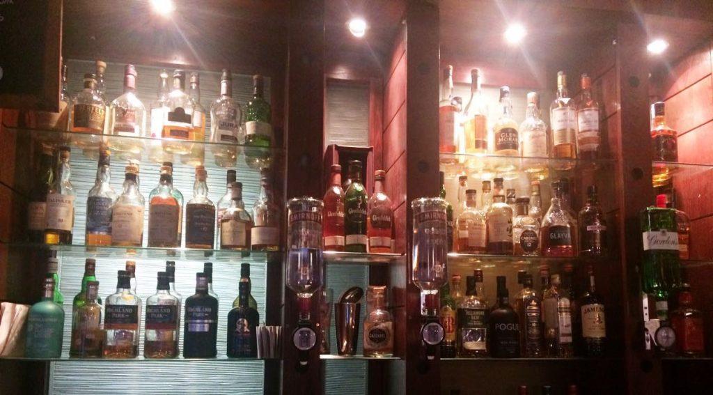 Prateleira de pub em Edimburgo: fartura de opções