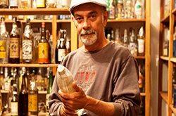 Messias Cavalcante: 70 anos, uma coleção de 15 mil cachaças e muita lenha para queimar