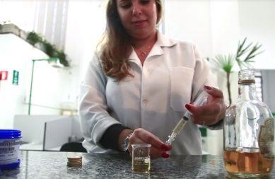 Dra, Aline Bortoletto nos laboratórios da Esalq